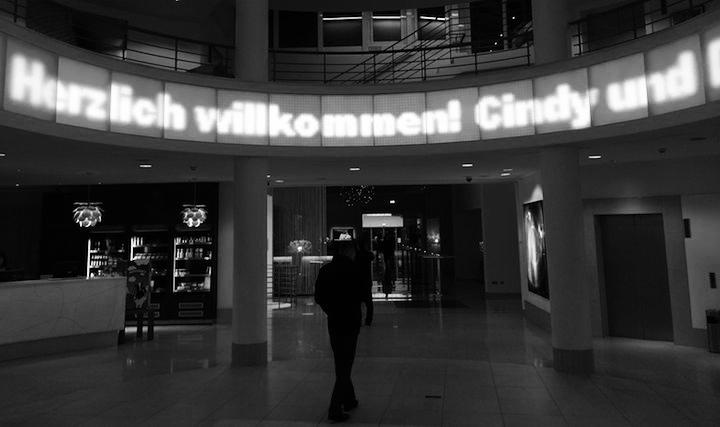 Laufband im Foyer mit der Aufschrift Herzlich willkommen DocPhil und Cindy vom Team Kuechenradio.org