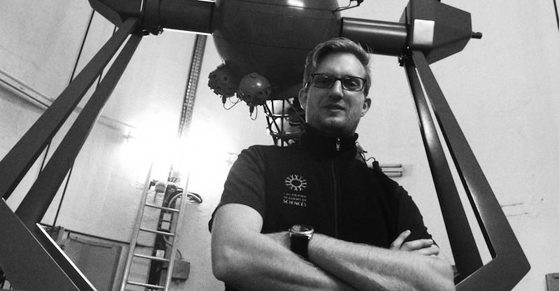 Tim Horn vor dem alten Projektor.